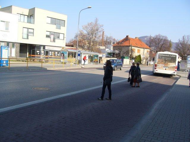 prechod pre chodcov z autobusovej zastávky